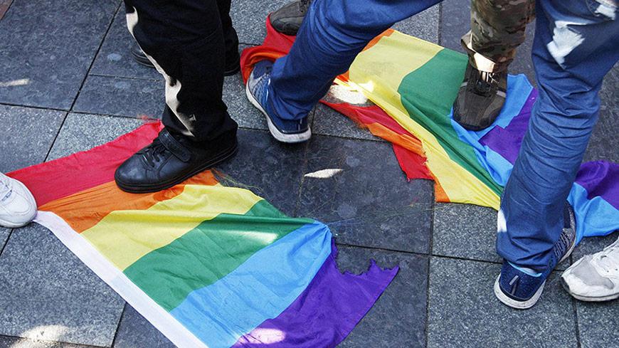 Люди топчут ЛГБТ-флаги